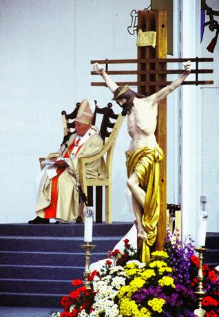 (Fotografija iz knjige: Bog Blagoslovi predrago Slovenijo: Papež Janez Pavel II. v Sloveniji. 1996. Ljubljana: Družina.)